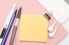 Carnet rouge avec l'oreille bleue p de coupeur de stylo d'agrafe de post-it et de bouledogue Photo stock