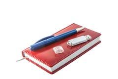 Carnet rouge avec le stylo et un éclair Images stock