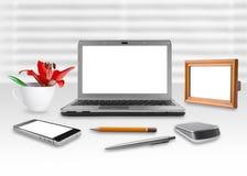 Carnet, smartphone et cadre d'écran vide dans le bureau Images stock