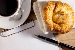 Carnet, stylo, café et croissant blancs vides photo libre de droits