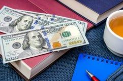 Carnet, stylo, livres et tasse de thé sur un chandail chaud et bleu photo libre de droits