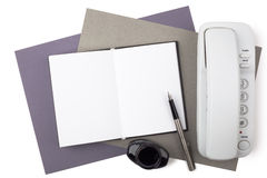 Carnet, stylo-plume, encre et téléphone sur le papier texturisé Photographie stock libre de droits