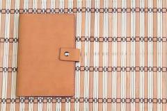 Carnet sur le fond en bois, vue supérieure, concept de lieu de travail, équipement Photos libres de droits