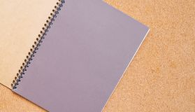 Carnet sur un conseil brun avec l'espace de copie pour le texte photos libres de droits