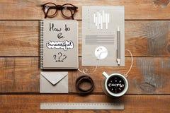 Carnet, tasse de café, verres et stylo sur la table Concept d'affaires Photos libres de droits