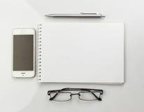 Carnet, verres et stylo Photo stock