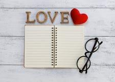 Carnet vide avec amour en bois Images stock