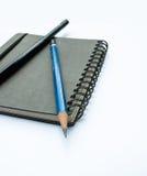 Carnet vide avec des crayons Photographie stock