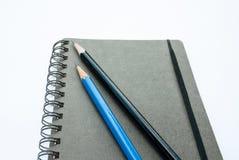 Carnet vide avec des crayons Photos libres de droits