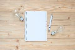 carnet vide avec l'ampoule et le papier emietté sur la table en bois, la vue supérieure et l'espace de copie Idée, créative, inno photo stock