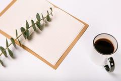 Carnet vide avec la tasse de café et de fleurs Photographie stock