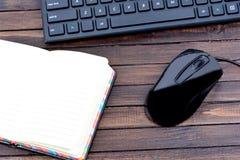 Carnet vide avec le clavier et la souris sur la table Photographie stock