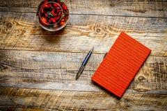 Carnet vide avec le crayon et la fleur sur la table en bois de vintage Images libres de droits