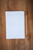 Carnet vide avec le crayon sur la table en bois, concept d'affaires photographie stock