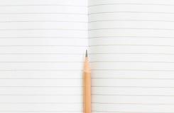 Carnet vide avec le crayon sur la table en bois, concept d'affaires Image libre de droits