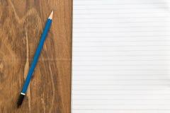 Carnet vide avec le crayon sur la table en bois, concept d'affaires Photos libres de droits