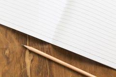 Carnet vide avec le crayon sur la table en bois, concept d'affaires Images libres de droits