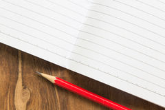 Carnet vide avec le crayon sur la table en bois, concept d'affaires Photographie stock libre de droits