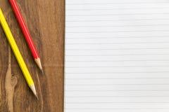 Carnet vide avec le crayon sur la table en bois, concept d'affaires Image stock