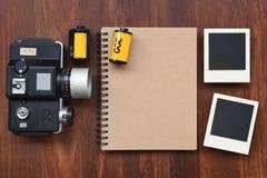Carnet vide avec le film de photo, les cadres de photo et l'appareil-photo Photographie stock