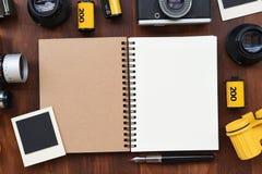 Carnet vide avec le film de photo, les cadres de photo et l'appareil-photo Image libre de droits