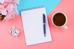 Carnet vide avec le stylo bleu sur un fond en pastel rose maquette, cadre, calibre Image stock