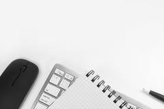 Carnet vide avec le stylo et clavier dans le bureau Image libre de droits