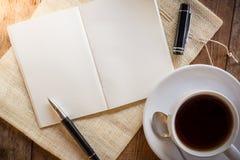 Carnet vide avec le stylo et tasse de café Photographie stock libre de droits