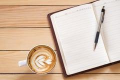 Carnet vide avec le stylo et tasse de café Images libres de droits