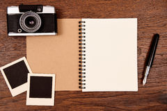 Carnet vide avec le stylo, les cadres de photo et l'appareil-photo Photo stock