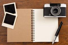 Carnet vide avec le stylo, les cadres de photo et l'appareil-photo Photos stock