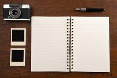 Carnet vide avec le stylo, les cadres de photo et l'appareil-photo Images libres de droits