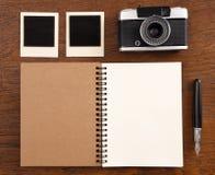 Carnet vide avec le stylo, les cadres de photo et l'appareil-photo Image stock