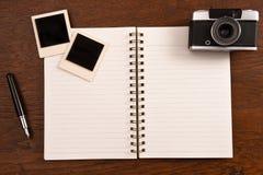 Carnet vide avec le stylo, les cadres de photo et l'appareil-photo Images stock