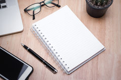 Carnet vide avec le stylo sur la table en bois, concept d'affaires Photographie stock