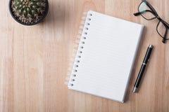 Carnet vide avec le stylo sur la table en bois, concept d'affaires Images stock