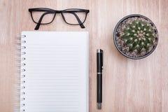 Carnet vide avec le stylo sur la table en bois, concept d'affaires Photos libres de droits