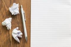 Carnet vide avec le stylo sur la table en bois, concept d'affaires image stock