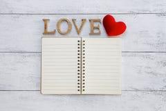 Carnet vide et amour en bois Photos stock