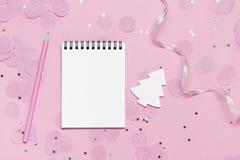 Carnet vide - moquerie de Noël et de nouvelle année vers le haut de calibre avec les confettis roses sur le fond rose photographie stock libre de droits