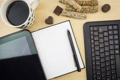 Carnet vide ouvert avec le comprimé, le stylo, le clavier et la tasse de café Photos stock