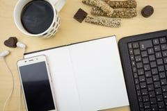 Carnet vide ouvert avec le smartphone, stylo, clavier Image libre de droits