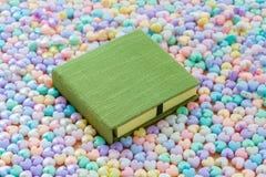 Carnet vide vert avec le CCB en forme de coeur en pastel coloré de perles Photos stock
