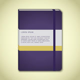 Carnet violet avec le repère Photos stock