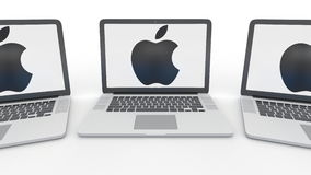 Carnets avec Apple Inc logo sur l'écran Entrée moderne d'immeuble de bureaux Éditorial conceptuel d'informatique Images libres de droits