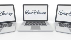 Carnets avec le logo de Walt Disney Pictures sur l'écran Rendu conceptuel de l'éditorial 3D d'informatique illustration de vecteur