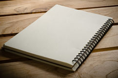Carnets blancs s'étendant sur une table en bois Photographie stock libre de droits