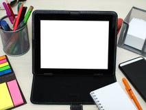 Carnets, comprimés, stylos et matériaux d'étudiant sur la table de cours photos stock