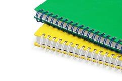 Carnets de notes à spirale verts et jaunes Photographie stock libre de droits