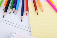 Carnets et crayons colorés Image stock